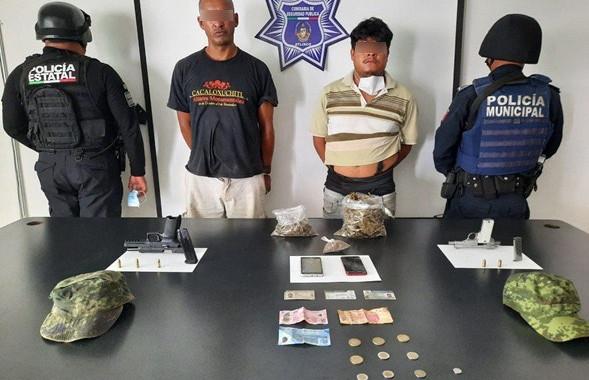 Detienen a dos hombres por portación ilegal de armas y aparente droga