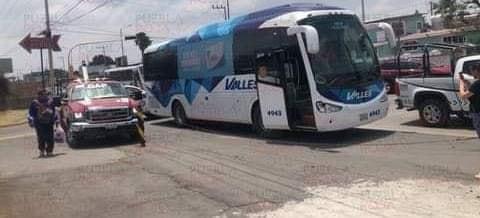 Conductor de autobús atropella a motociclista en la federal a Tehuacán