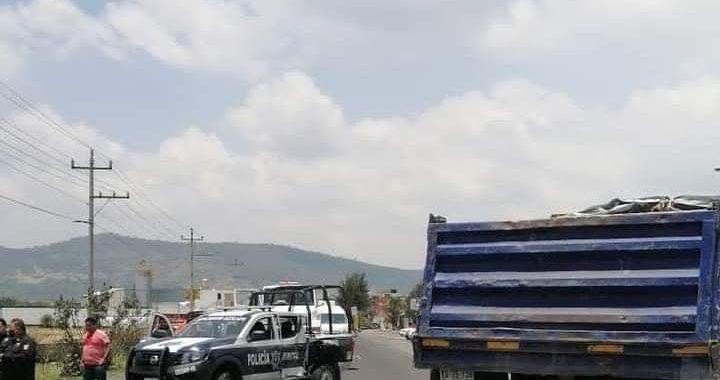 Camión de carga se impacta contra patrulla municipal en Amozoc