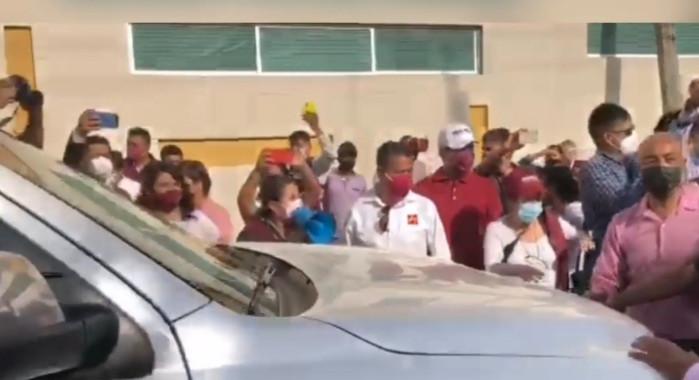 Morenistas reciben en Puebla a Mario Delgado con protestas