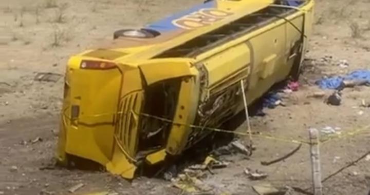 Se vuelca autobús de la línea Oro; conductor discute con pasajero ebrio