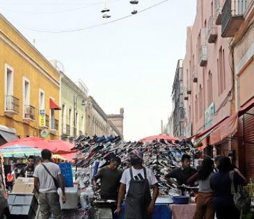 Atacan y amenazan ambulantes a ministerial en el Centro de Puebla