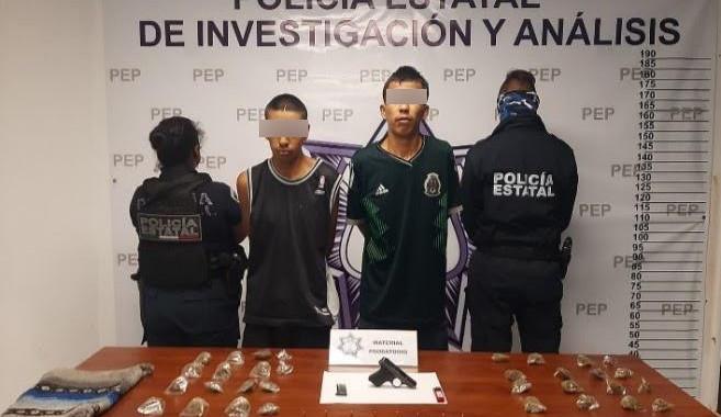 Detienen a dos personas en portación de arma y droga