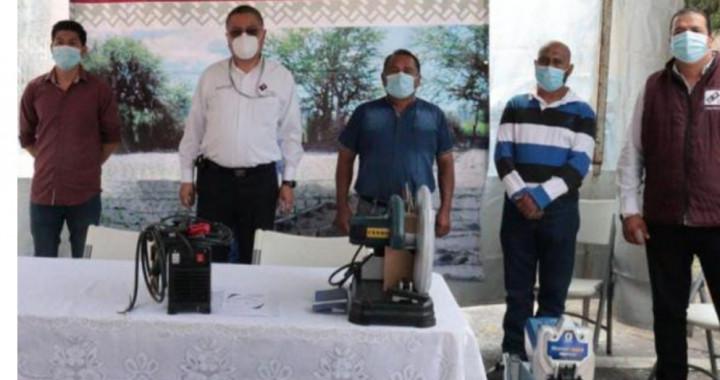 Secretaría de Trabajo entrega equipo a personas en Cuautlancingo