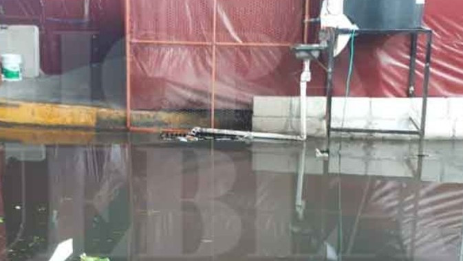 Inundadas carpas improvisadas del Mercado Amalucan