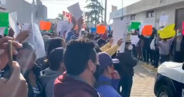 Se rebelan contra la reelección del alcalde Mario de La Rosa en Amozoc