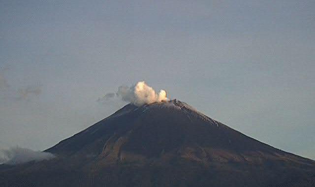 Reporta Popocatépetl 55 exhalaciones y gases volcánicos