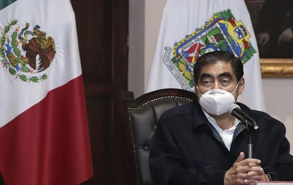 Exhorta Barbosa alcaldes a aplicar decreto por repunte de contagios