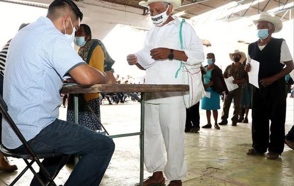 SDR entrega cheques a productores afectados de Cuetzalan y Jonotla