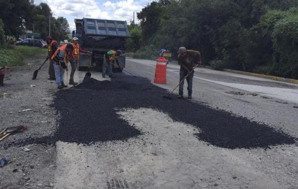 Secretaría de Infraestructura bachea carretera Texmelucan-Atzompa