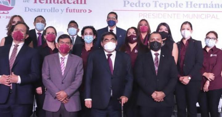 Asiste Barbosa a la toma de protesta del alcalde de Tehuacán