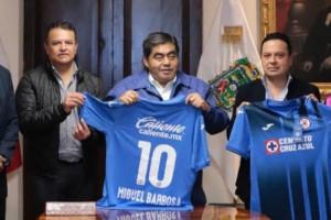 Se reúne Barbosa con directiva de Cruz Azul para dialogar sobre construcción de estadio